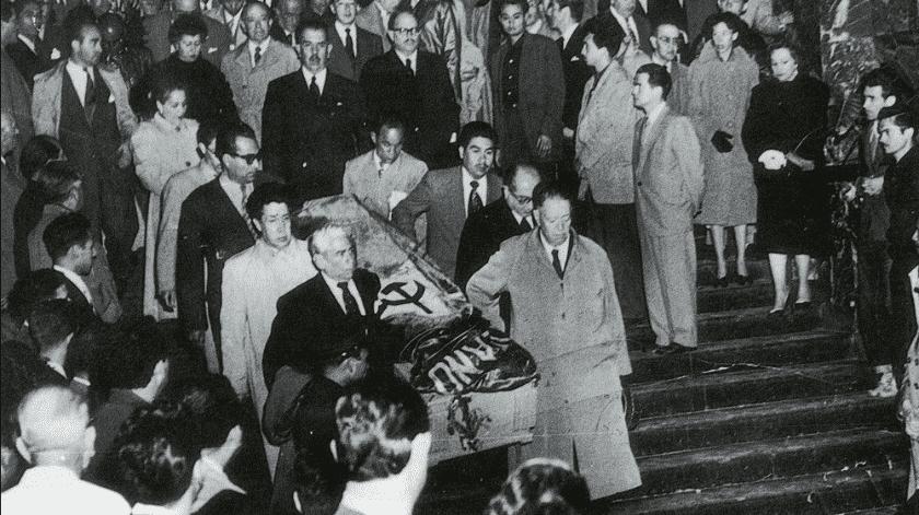 En las guardias ante el féretro estuvo presente el entonces director del Palacio de Bellas, el escritor tabasqueño Andrés Iduarte, pero poco después fue destituido por el incidente de la bandera en el sepelio de la pintora.(Tomada de la red)