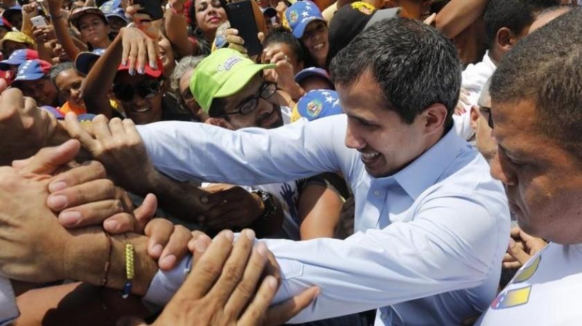 Juan Guaidó llama a fuerzas armadas a evitar catástrofe en Venezuela.(AP)