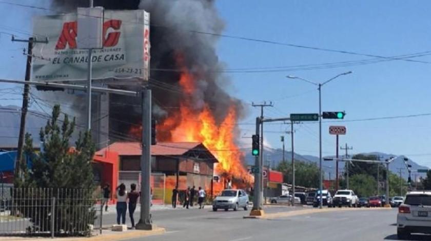 Un fuerte incendio consumió el restaurante Mariscos Charly Beach, que está ubicado sobre el bulevar José Musa de León, al Norte de Saltillo, Coahuila.