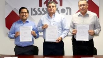 El secretario de Gobierno, Miguel Ernesto Pompa Corella, acompañó a Pedro Ángel Contreras López, director del Isssteson, y al rector Enrique Velázquez Contreras.