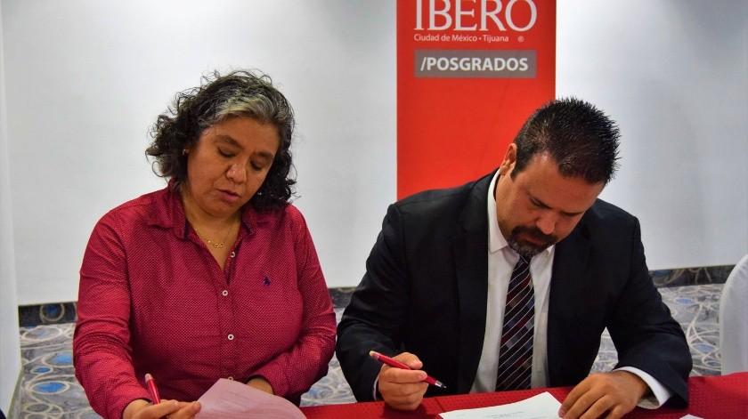 La firma del convienio fue realizada por Sagrario Espinosa Reyes, Directora Divisional Académica y Salvador Díaz González, presidente de AIMO.(Cortesía)