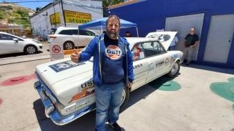 En un Torino, modelo 380 del año 1969, fabricado en y con ingeniería argentina, Héctor Argiró recorre el continente desde la Patagonia y espera llegar a Alaska.