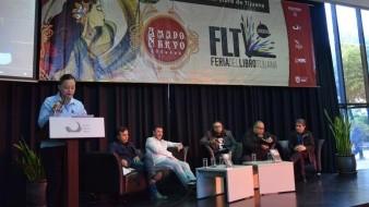 """Tras el homenaje a Gabriel Trujillo, se presentaron dos de sus obras: """"Mezquite road"""", su primera novela negra, publicada en la primera mitad de los años 90, y """"Rutas de escape"""", su incursión más reciente en el género policiaco, con los comentarios de Rafael Rodríguez, Edgar Cota y José Salvador Ruiz."""