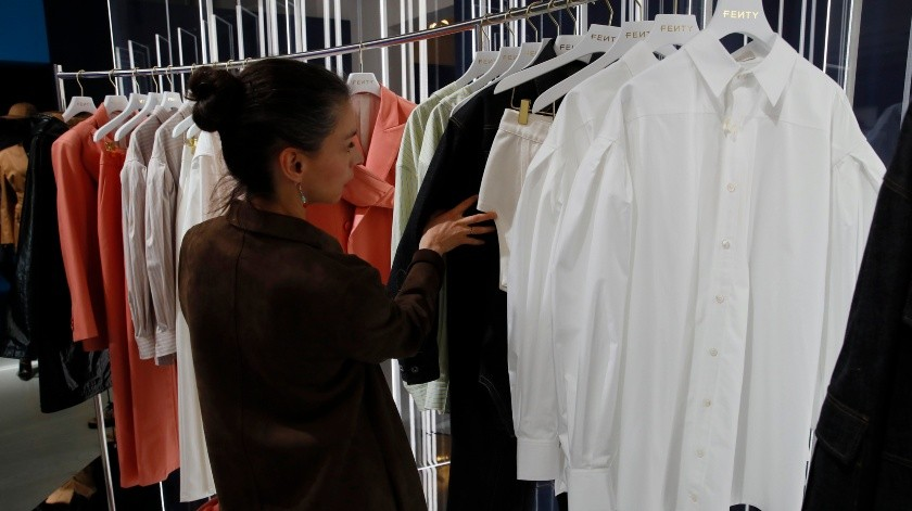 Rihanna, la primera mujer negra en la historia al frente de una marca de lujo parisina, devela los primeros diseños de su marca Fenty en una tienda pop-up en París.(AP)