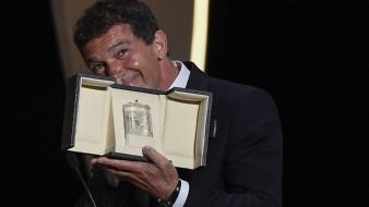 Antonio Banderas al recibir el galardón como mejor actor.