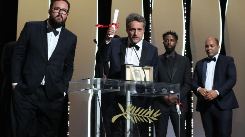 Los directores Kleber Mendonça Filho y Juliano Dornelles agradecieron el premio.(AFP)