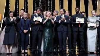 El director surcoreano Bong Joon-ho y el equipo de la cinta al recibir el premio.