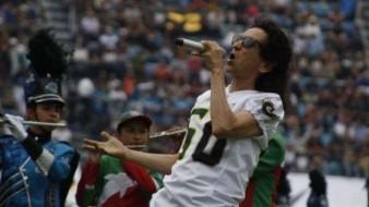 Critican a Alex Lora por cantar Himno en Tazón México