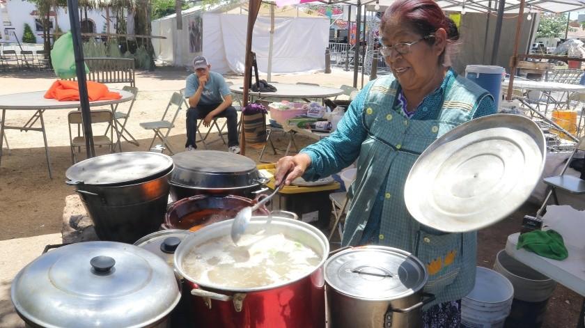 Angelina Galindo, de la etnia Yaqui, pone sazón al wakabaki.(Anahí Velásquez)