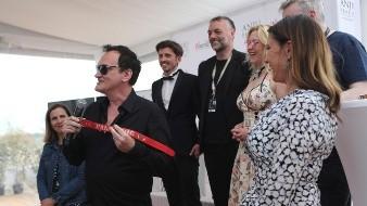 Tarantino sorprendió al público el viernes cuando acudió en persona a recibir su trofeo: un collar de perro rojo. Vitoreó a la perrita Brandy, la pit bull del personaje de Brad Pitt en el filme.