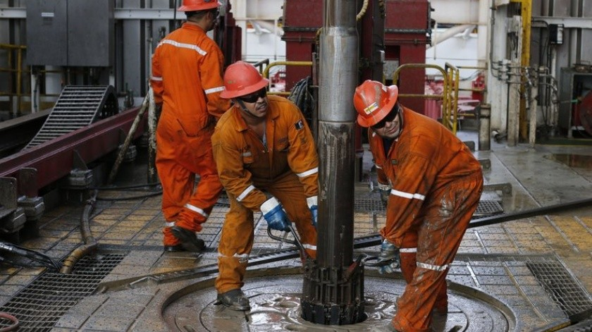 El director de Pemex, Octavio Romero Oropeza, informó que el Sistema Nacional de Refinación logró aumentar en 14% el procesamiento de crudo y en 18% la producción.(AP)