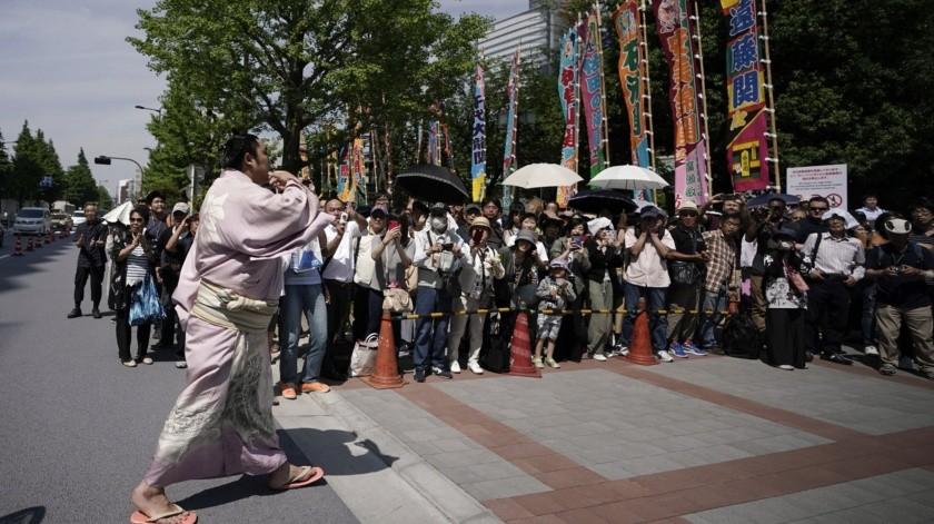 El presidente de Estados Unidos, Donald Trump, entregó el domingo un trofeo especial al ganador de un torneo de sumo en Tokio, tras asistir a uno de los espectáculos culturales más atesorados en Japón.(AP)