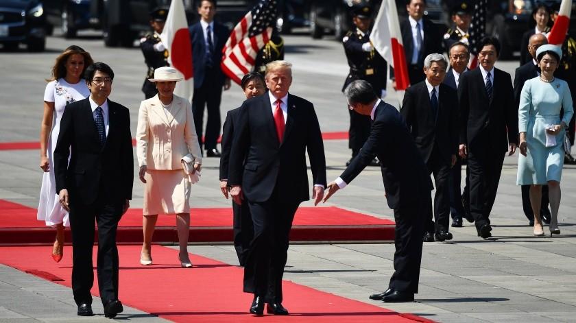 El presidente de Estados Unidos, DonaldTrump, se convirtió este lunes en el primer mandatario extranjero en reunirse con el nuevo emperador de Japón, Naruhito, durante una ceremonia en el palacio imperial de Tokio.(AFP)