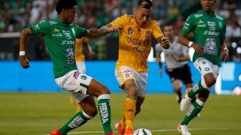 El chileno Eduardo Vargas, de Tigres, conduce el balón junto a William Tesillos, de León, en el partido de vuelta de la final de México, el domingo 26 de mayo de 2019 .