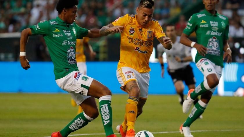 El chileno Eduardo Vargas, de Tigres, conduce el balón junto a William Tesillos, de León, en el partido de vuelta de la final de México, el domingo 26 de mayo de 2019 .(AP)