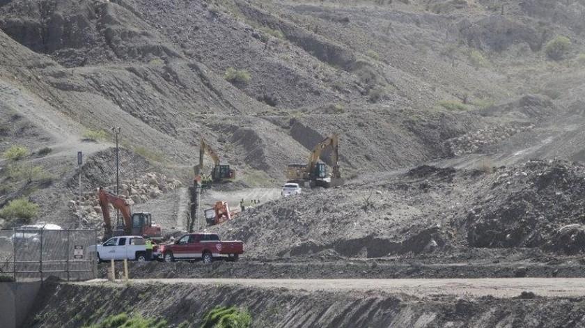 Trabajadores preparan la cimentación para un tramo de cerca con bolardos financiada con aportaciones privadas en la frontera de Estados Unidos con México.(AP)