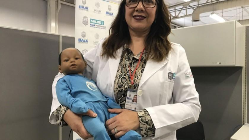 La doctora Maritza López muestra un bebé virtual.