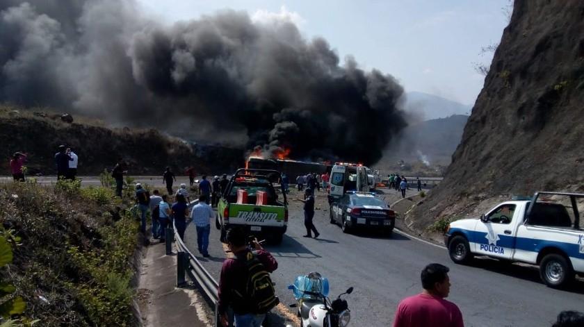 Al menos dos personas fallecidas dejó de manera preliminar un aparatoso accidente vehicular en la zona montañosa central de Veracruz.