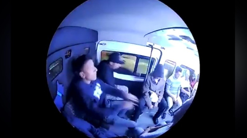 Dos jóvenes asaltaron a pasajeros del transporte público en Ecatepec, Estado de México.