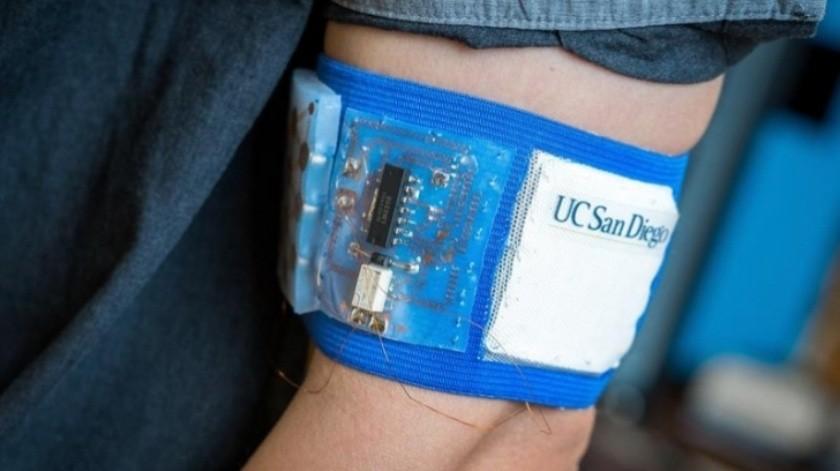 Usa una batería flexible de 0,2 vatios de energía y controla la temperatura del cuerpo del usuario. Puede colocarse en áreas de rápido efecto como, además de un brazo, en la parte posterior del cuello.(Cortesía)