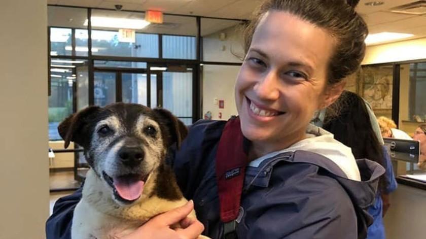 La mujer y su familia recogieron al can, ahora sordo y con 16 años, en el Refugio para Animales del condado Hardin, en Elizabethtown.(Cortesía)