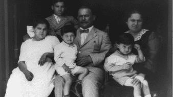 Obregón sentado con su segunda esposa, María Claudia Tapia Monteverde y cuatro de sus seis hijos.