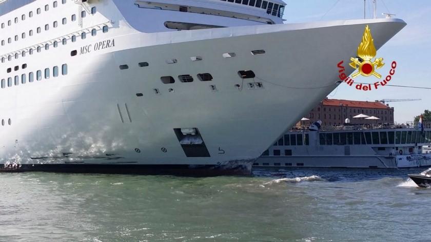 Altos funcionarios italianos pidieron que se prohíba de inmediato a cruceros atravesar el canal de Giudecca en Venecia luego de que un crucero se estrellara contra un muelle y una embarcación turística.(AP)