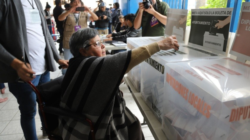 A pesar de su discapacidad Martha Gómez Jiménez de 69 años, emitió su voto en la casilla 0940 en el Distrito 09 ubicada en el Instituto México.(Sergio Ortiz)