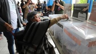 A pesar de su discapacidad Martha Gómez Jiménez de 69 años, emitió su voto en la casilla 0940 en el Distrito 09 ubicada en el Instituto México.