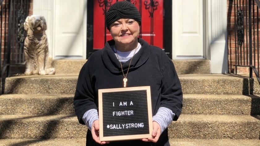 En esta foto provista por Ashley Atwater se ve a su madre Sally Atwater afuera de su casa en Washington, pocos días después de dejar el hospital oncológico.(AP)