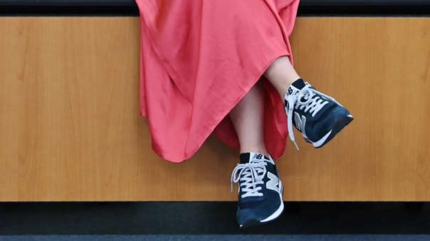 La campaña #KuToo promueve que las mujeres puedan laborar sin utilizar zapatos de tacón.(Twitter)
