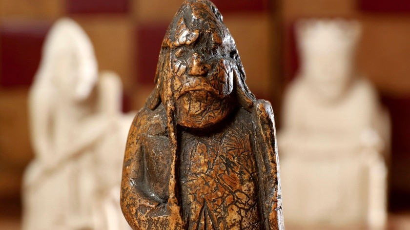 Una pieza de ajedrez que un anticuario compró por unas cuantas libras esterlinas (dólares) en Escocia en 1964 ha sido identificada como una de las piezas del ajedrez Lewis, una de las más llamativas antigüedades de la era vikinga.(AP)