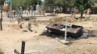 En el panteón del ejido La Victoria apareció este ataúd vacío y quemado.