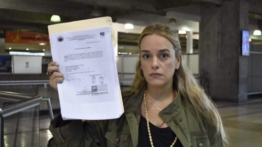 La esposa y la hija del destacado activista de la oposición venezolana Leopoldo López llegaron a Madrid tras dejar la residencia del embajador español en Caracas, informó el martes el gobierno español.
