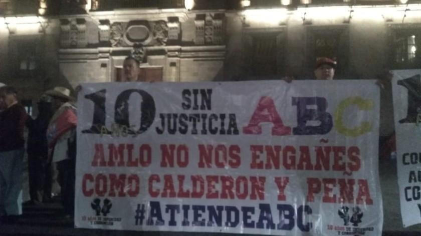 """Los padres se manifestaron con pancartas a las afueras de Palacio Nacional con consignas como """"AMLO no nos engañes como Calderón y Peña #AtiendeABC"""".(Shaila Rosagel)"""