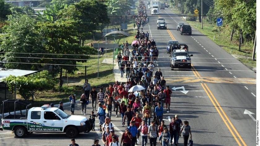 El contingente de extranjeros camina por la carretera que comunica a México con los países del Istmo centroamericano, y buscarán llegar a esta ciudad, ubicada a unos 38 kilómetros.(Agencias)