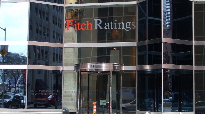 """La agencia Fitch Ratings redujo la calificación crediticia de México a """"BBB"""" desde """"BBB+"""" y ajustó la perspectiva del País a estable desde negativa."""