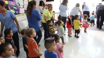 El simulacro se realizó a las 10:00 de la mañana en la Guardería Ordinaria 001 del IMSS en el Centro de la capital, donde los pequeños salieron tomados de las manos hasta un punto de reunión donde estarían seguros en caso de una emergencia.