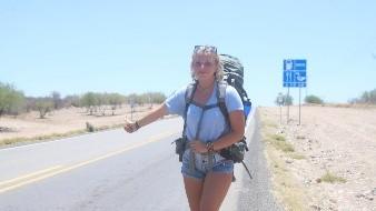 Lisa María Funk, de 21 años, originaria  de Hoppetenzell, Alemania recorre el mundo pidiendo raite.
