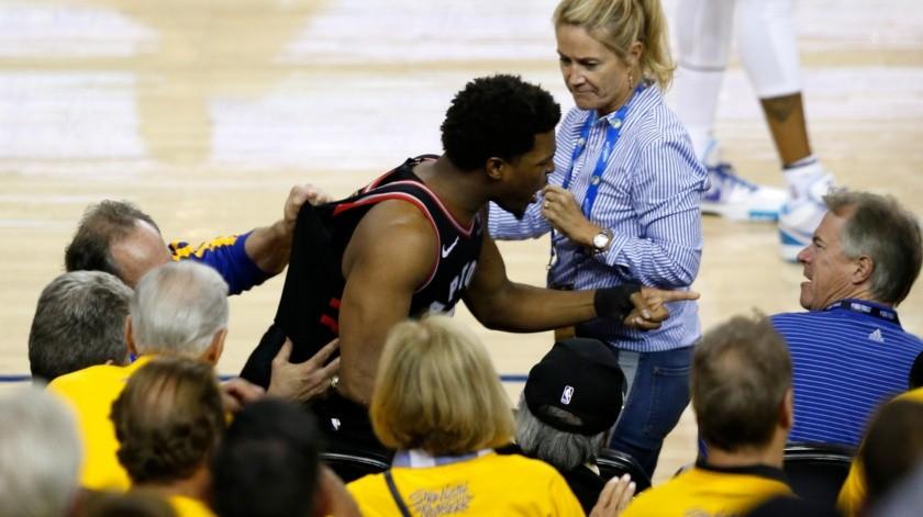 Castiga NBA a accionista de Warriors por empujón(AFP)