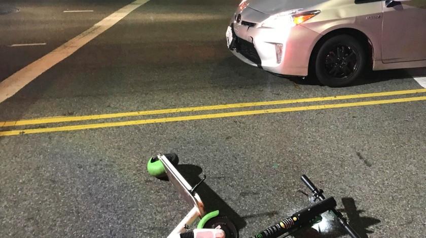 Imagen de una patineta eléctrica usada por una persona que fue atropellada por un carro en Los Ángeles.(AP)