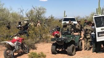Agentes migratorios estadounidenses rescataron a 18 personas que migraban de manera ilegal en el desierto de Arizona. - 3 : color