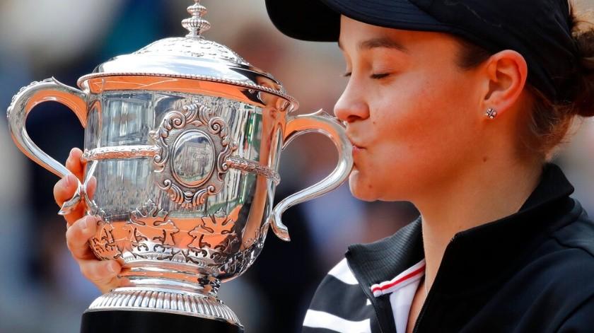La tenista australiana consiguió su primer título Grand Slam sobre la arcilla parisina.(AP)