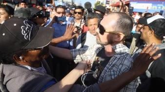 Durante el mitin del presidente Andrés Manuel López Obrador, simpatizantes de Morena rompieron una cartulina de una cuidando que estaba manifestando en contra del acuerdo migratorio.