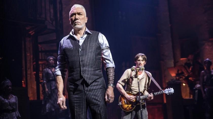 """En esta imagen difundida por DKC O&M Co., Patrick Page, a la izquierda, y Reeve Carney durante una función del musical """"Hadestown"""", dirigido por Rachel Chavkin.(AP)"""
