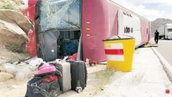 Un autobús que al parecer  quedó sin frenos en La Rumorosa, volcó a la altura del kilómetro 55.