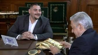 Andy Ruiz le regaló unos guantes de oro al Presidente.