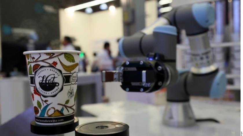 Contar con cobots o robots colaborativos que apoyen en el trabajo de los empleados puede hacer que las empresas sean 85 por ciento más eficientes.(Agencia Reforma)