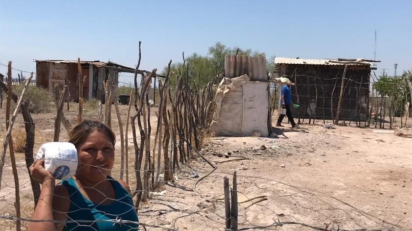 Vecinos de dos colonias de la periferia de Navojoa aguantan los días de fuerte calor sin agua.(Jesús Palomares)