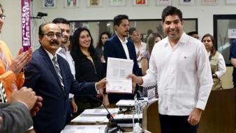El presidente del Ieebc, Clemente Custodio Ramos, le entregó la constancia de mayoría.